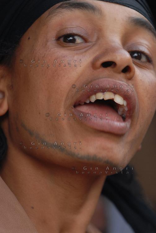 Addis Abeba, donna con tatuaggio