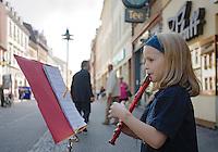 Europe/Allemagne/Bade-Würrtemberg/Heidelberg: fillette jouant du pipo dans la rue principale Hauptstrasse, avec ses facades baroques