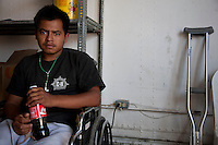 US Confine Arizona Messico Migrante clandestino infortunatosi durante la traversata del deserto e casualmente trovato da una pattuglia, ora su sedia a rotelle in un centro di accoglienza<br />
