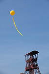 Europa, DEU, Deutschland, Nordrhein Westfalen, NRW, Rheinland, Niederrhein, Ruhrgebiet, Moers, Projekt Schachtzeichen 2010 am Schacht Rheinpreußen 4, Foerderturm, Foerdergeruest, RUHR.2010-Großprojekt SchachtZeichen vom 22. bis 30. Mai 2010. Mit dieser flaechenmaeßig groeßten Kunstinstallation der Welt veranschaulichte die Kulturhauptstadt 2010 ihr Leitmotiv vom Wandel durch Kultur. 311 große gelbe Ballone ueber dem Himmel der Metropole Ruhr mit ihren langen Schweiffahnen markierten wie Stecknadeln die ehemaligen Schaechte des Ruhrgebiets. Die heute groeßtenteils unter Denkmalschutz stehenden Gebaeude der Schachtanlange  Rheinpreußen 4 sind saniert und werden gewerblich genutzt. Im sorgfaeltig restaurierten Foerdermaschinenhaus befindet sich eine der aeltesten erhaltenen elektrischen Foerdermaschinen des Ruhrgebiets. Das 48 m hohe Doppelstrebengeruest, das ebenfalls unter Denkmalschutz steht, ist von weitem sichtbar und verweist auf den einstmals so ertragreichen und maechtigen Rheinpreußen-Bergbau., Kategorien und Themen, Kunst, Kunstwerke, Bildende Kunst, Kuenste, Skulptur, Skulpturen, Industrie, Industriegeschichte, Industriekultur, Industriefotografie, Wirtschaft, Wirtschaftsthemen, Geschichte, Historisch....[Fuer die Nutzung gelten die jeweils gueltigen Allgemeinen Liefer-und Geschaeftsbedingungen. Nutzung nur gegen Verwendungsmeldung und Nachweis. Download der AGB unter http://www.image-box.com oder werden auf Anfrage zugesendet. Freigabe ist vorher erforderlich. Jede Nutzung des Fotos ist honorarpflichtig gemaess derzeit gueltiger MFM Liste - Kontakt, Uwe Schmid-Fotografie, Duisburg, Tel. (+49).2065.677997, ..archiv@image-box.com, www.image-box.com]