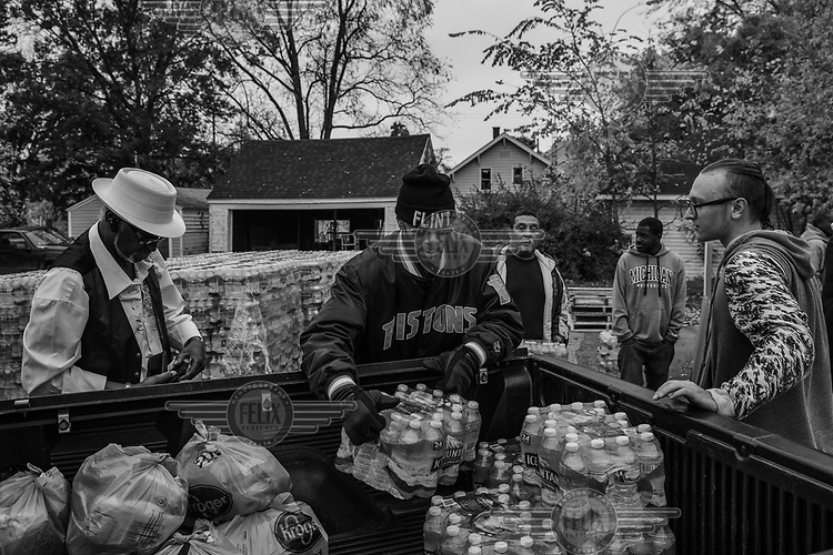 Volunteers at a neighborhood church destribute mineral water to residents. Since 2014, when the acid waters of the Flint River began to be used to supply the city, there has been lead contamination due to the corrosion of the old piping. Even today most of the population depends on mineral water purchased or distributed free of charge for their consumption.