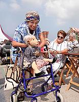Nederland - Almere - Augustus 2018.  De tweede editie van het Forever Young Festival.  Het Forever Young Festival is een gratis festival met veel activiteiten en optredens voor 65-plussers. Straattheater. Vrouw met pop en rollator.  Foto mag niet in negatieve context gepubliceerd worden.     Foto Berlinda van Dam / Hollandse Hoogte