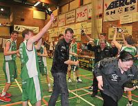 BBC De Westhoek Zwevezele : dolle vreugde bij Zwevezele na de winst en de kampioenstitel . Coach David Hamers krijgt een Champagne-douche.foto VDB  / Bart Vandenbroucke
