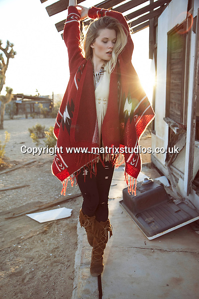 EXCLUSIVE PICTURE: MATRIXSTUDIOS.CO.UK.PLEASE CREDIT ON ALL USES..WORLD RIGHTS...***FEES TO BE AGREED BEFORE USE***..Fashion model Codi desert shoot..REF: MRA 122540
