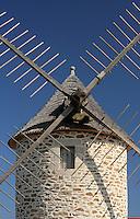 La cote bretonne est particulierement favorable à energie eolienne. Ce moulin se situe pres de la Pointe du Raz, en Cornouaille.