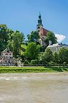 Oesterreich, Salzburger Land, Salzburg: Pfarrkirche Muelln (auch Augustinerkirche genannt) oberhalb der Salzach | Austria, Salzburger Land, Salzburg: parish church Muelln and river Salzach