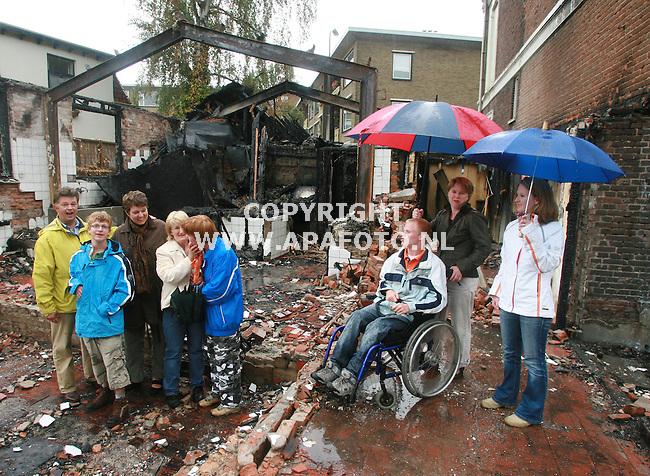 wageningen030806 ouders en minderjarige gehandicapten in de ruines van het afgebrande verzorgingsthuis.<br />fotoFrans ypma APA-foto