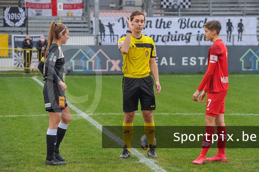 Chloe Van Mingeroet (17) of Eendracht Aalst , referee Hannes De Couvreur , Maurane Marinucci (7) of Standard pictured before a female soccer game between Eendracht Aalst and Standard Femina de Liege on the 11 th matchday of the 2020 - 2021 season of Belgian Scooore Womens Super League , Saturday 23 of January 2021  in Aalst , Belgium . PHOTO SPORTPIX.BE | SPP | STIJN AUDOOREN