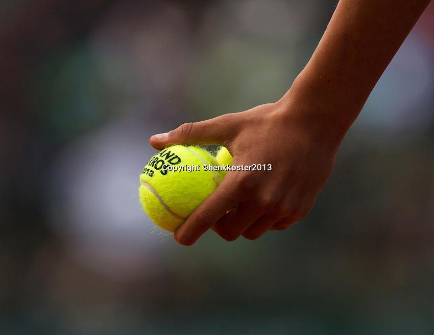 30-05-13, Tennis, France, Paris, Roland Garros, Ballkid holding tennisballs