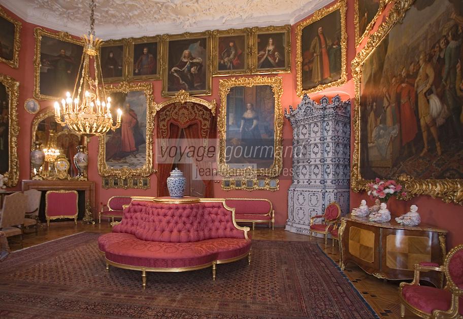 Europe/Pologne/env de Lublin/ Kozlowska: château de Kozlowska -le palais baroque de la famille Zamoyski -détail intérieur-salon rouge