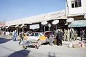 Irak 2000.Vente d'antennes paraboliques dans les rue de Dohok.Iraq 2000.Shops selling parabolic disks in Dohok