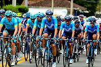 LLANOGRANDE - COLOMBIA, 14-02-2019: El pelotón principal durante la tercera etapa del Tour Colombia 2.1 2019 con un recorrido de 167.6 Km, que se corrió en un circuito con salida y llegada en el Complex Llanogrande. / The main group during the third stage of the Tour Colombia 2.1 2019 with a distance of 167.6 km, which was run on a circuit with start and finish at the Complex Llanogrande. Photo: VizzorImage / Anderson Bonilla / Cont.