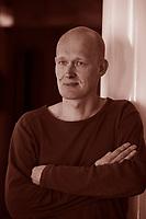 Arno Geiger (Bregenz, 22 luglio 1968) è uno scrittore e drammaturgo austriaco, vincitore del Deutscher Buchpreis nel 2005 per il romanzo Es geht uns gut. <br /> Arno Geiger, cresciuto a Wolfurt in Austria, ha studiato Filologia tedesca, Storia antica e Letterature comparate a Innsbruck e Vienna e dal 1993 lavora come scrittore free-lance. Nel 2005 ha vinto il Deutscher Buchpreis con Va tutto bene (Bompiani 2008). Pordenone legge, settembre 2015. © Leonardo Cendamo
