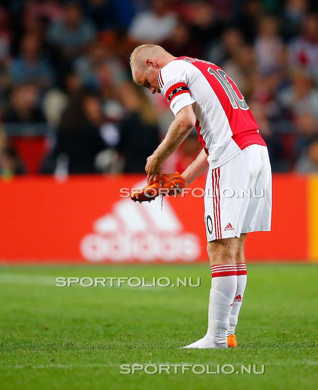 Nederland, Amsterdam, 15 augustus 2015<br /> Eredivisie<br /> Seizoen 2015-2016<br /> Ajax-Willem ll (3-0)<br /> Davy Klaassen, aanvoerder van Ajax, trekt zijn voetbalschoen aan