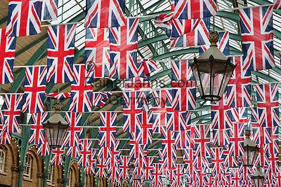 United Kingdom, England, London: Covent Garden market with Union Jacks | Grossbritannien, England, London: Covent Garden mit Union Jacks