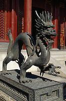 Bronze-Drachen vor Renshoudian im Sommerpalast (Yihe Yuan)  in Peking, China, Unesco-Weltkulturerbe