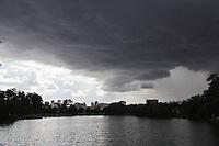 SAO PAULO, SP, 25 DE JANEIRO DE 2012 - CLIMA TEMPO - <br /> Ceu com nuvens escuras, no dia do aniversario da cidade na tarde desta quarta-feira (25) no Parque do Ibirapuera, na região sul da capital paulista. (FOTO: MILENE CARDOSO - NEWS FREE).