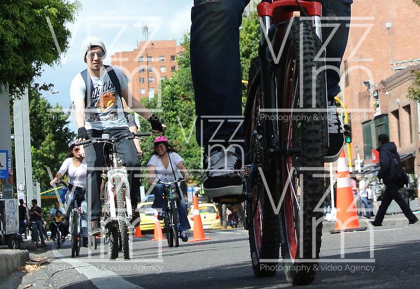 BOGOTÁ - COLOMBIA 22-09- 2015: Un ciclista, hoy durante el Día sin Carro. A biker  today during the Car Free Day in Bogotá 2015 Photo: VizzorImage / Gabriel Aponte / Staff