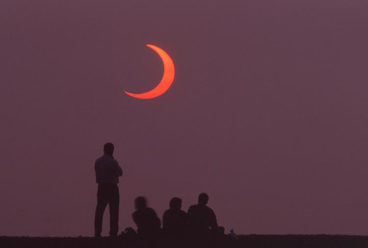 Europe, DEU, Germany, Northrhine Westphalia, Ruhr district, Ruhr area, Essen, People Group Observation Eclipse of the Sun at Sunrise