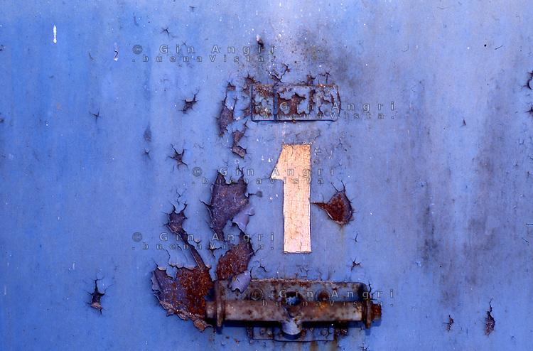 """funicolare Lanzo d'Intelvi, (CO),  Santa Margherita, lago di Lugano, 1907-1977. Ora in stato di abbandono.<br /> La funicolare Santa Margherita – Lanzo fu inaugurata il 29 settembre 1907 e funzionò per settant'anni, fino al settembre 1977, quando chiuse definitivamente per una crisi finanziaria.<br /> La funicolare collegava in 18 minuti Santa Margherita, frazione di Valsolda affacciata sul lago di Lugano, con il belvedere di Lanzo.<br /> La lunghezza della linea è di 1475 metri con un dislivello di 608 metri, la pendenza massima del 660 per mille.<br /> Nel marzo 1992 si è costituito a Lanzo un """"Comitato per la riattivazione della funicolare Lanzo - Santa Margherita"""", con tentativi finora vani di trovare un finanziatore. Nel servizio fotografico, la stazione della funicolare al belvedere di Lanzo,e a lago con le carrozze in stile """"liberty"""" ancora belle nonostante l'incuria di alcuni decenni, i resti della coppia di motori elettrici che assicurava la trazione della funicolare e gli interni ormai degradati e i cavi di traino caduti o spezzati lungo il percorso."""