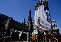 Construction au centre-ville de Montréal dans les années 80.<br /> <br /> Place de la cathédrale. été 1987
