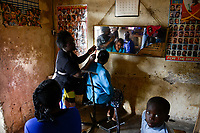 KENYA, Kaimosi, beauty parlour in village, haircutting / KENIA, Kisumu County, Kaimosi, Friseursalon