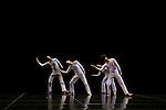 SOLO OLOS (1976 – 12 min)<br /> <br /> Chorégraphie Trisha Brown<br /> Lumières Hillery Makatura<br /> Avec en alternance Marc Crousillat, Olsi Gjeci, Tara Lorenzen, Jamie Scott, Stuart Shugg<br /> Lieu : Théâtre de Chaillot<br /> Ville : Paris<br /> Date : 04/11/2015<br /> © Laurent Paillier / photosdedanse.com