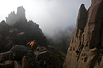 Crumbling dolerite columns define most of the Overland's shadowing peaks. top target for mot walkers is 1617 m Mt Ossa, Tasmania's highest point which is accessible in fair weather via a steep side-track....Montée sur le Mont Ossa (1617 m) point culminant de la Tasmanie