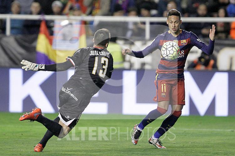 Rayo Vallecano's Juan Carlos Martin (l) and FC Barcelona's Luis Suarez during La Liga match. March 3,2016. (ALTERPHOTOS/Acero)