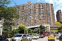MEDELLÍN - COLOMBIA, 27-04-2014. Sandra Gutierrez, de blanco, decidió encadenarse a las puertas del Centro Administrativo de la Alpujarra en Medellín, Colombia, este martes 6 de mayo de 2014, tras el incumplimiento de la Personería de Medellín en referencia a las condiciones para desocupar su apartamento en el conjunto residencial Colores de Calasania, Medellín, el cual presenta fallas graves en su estructura y por tanto había sido evacuado el pasado 26 de abril de 2014./ Sandra Gutierrez (white)  decided to chain to the gates of La Alpujarra Administrative Center in Medellin, Colombia, Tuesday May 6, 2014, after the fail the conciliation with the Medeelin administration to vacate her apartment in the Colores de Calsania residencial comlex, Medellín, wich presents serious flaws in structure and therefore had been evacuated last April 26, 2014.  Photo: VizzorImage/Luis Rios/STR