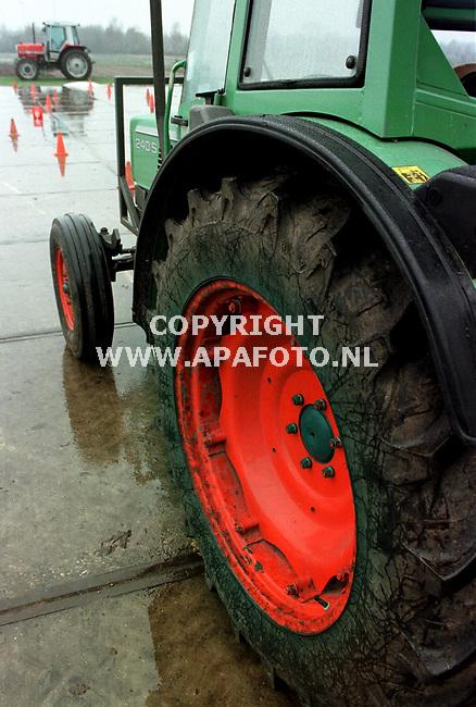 Ede,11-12-98  Foto:Koos Groenewold (APA)<br />Spoorbreedteinstelling op een achterwiel van een tweedehands trekker.<br /><br />lb7/9  oogst  1   tweedehands  apa
