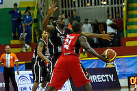 MANIZALES-COLOMBIA. 02-04-2013.  César Cortés  del Once Caldas trata de bloquear el pase de Eleuterio Rentería de Halcones de Cúcuta durante partido de la fecha 11 de la Liga Direct TV de baloncesto Profesional de Colombia 2013./  Cesar Cortes  of Once Caldas tries to block the pass of Eleuterio Rentería of Halcones de Cucuta during the game of the date 11 of Colombian Professional basketball League DirecTV 2013. Photo: VizzorImage/JJ Bonilla/STR