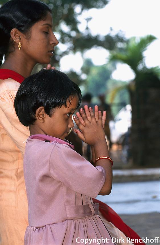 Indien, Orissa, Hirapur bei Bhubaneswar, betende Frau und Kind im Shiva Tempel
