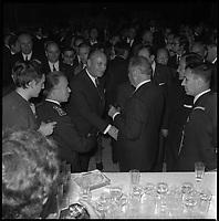 7 Mai 1971. Vue de Georges Pompidou dans la foule lors d'une réception à Toulouse.