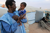 BURKINA FASO Djibo , malische Fluechtlinge, vorwiegend Tuaregs, im Fluechtlingslager Mentao des UN Hilfswerks UNHCR, sie sind vor dem Krieg und islamistischem Terror aus ihrer Heimat in Nordmali geflohen, Tuareg MUPHTAH AG MOHAMED mit seinem Kind aus Timbuktu / BURKINA FASO Djibo, malian refugees, mostly Touaregs, in refugee camp Mentao of UNHCR, they fled due to war and islamist terror in Northern Mali , Tuareg MUPHTAH AG MOHAMED with his child  from Tombouctou , WEITERE MOTIVE ZU DIESEM THEMA SIND VORHANDEN!! MORE PICTURES ON THIS SUBJECT AVAILABLE!!