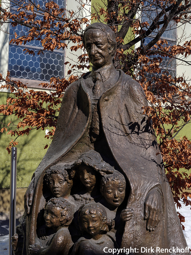 """""""Hermann Gmeiner"""" SOS-Kinderdörfer,  Skulptur von Merap Berdzenshvilli in Imst, Tirol, Österreich, Europa<br /> Monument """"Hermann Gmeiner"""" SOS Children's villages, Imst, Tyrol, Austria, Europe"""