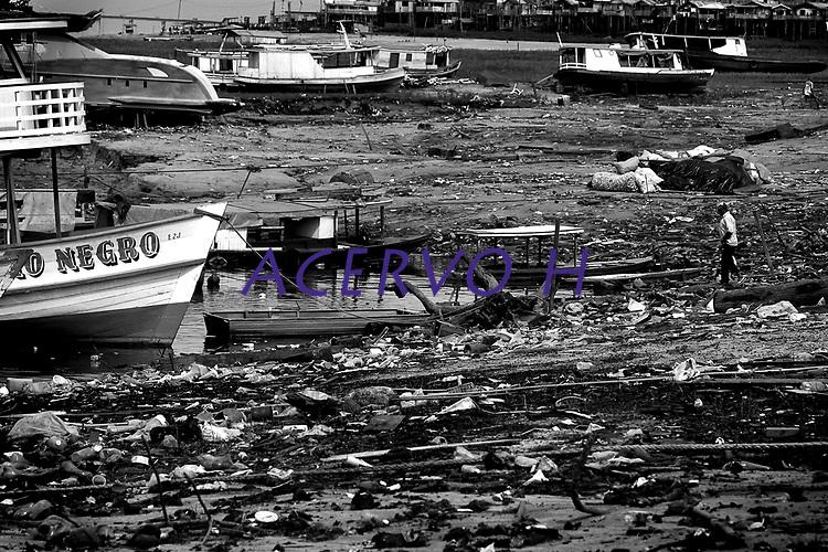 MANAUS AM 24 10 2010 RECORDE VAZANTE- SECA AMAZONAS. No dia em que Manaus completa 341 anos, o nível da águas do rio Negro bateu o recorde da maior vazante desde que começou a ser medido em 1902. Hoje o nível atingiu 13,63 metros, superando em 1 centímetro a maior vazante da história que foi em 1963, quando o rio atingiu 13,64metros. A perspectiva do Serviço Geológico do Brasil (CPRM) é de que o rio continue baixando. Na foto pessoas caminham no leito seco do rio Negro nas proximidades do Porto de Manaus. (Foto Alberto Cesar Araujo)