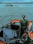 November 2002-Aguiño, A Coruña. The Prestige tanker broke apart and sank November 19 off the coast of Spain, spilling an estimated 17,000 tons of oil into the sea and taking 60,000 tons to the bottom with it. © Pedro Armestre..El desastre del Prestige se produjo cuando un buque petrolero monocasco resultó accidentado el 13 de noviembre de 2002, mientras transitaba cargado con 77.000 toneladas de petróleo, frente a la costa de la Muerte, en el noroeste de España, y tras varios días de maniobra para su alejamiento de la costa gallega, acabó hundido a unos 250 km de la misma. La marea negra provocada por el vertido resultante causó una de las catástrofes medioambientales más grandes de la historia de la navegación, tanto por la cantidad de contaminantes liberados como por la extensión del área afectada, una zona comprendida desde el norte de Portugal hasta las Landas de Francia. El episodio tuvo una especial incidencia en Galicia, donde causó además una crisis política y una importante controversia en la opinión pública..El derrame de petróleo del Prestige ha sido considerado el tercer accidente más costoso de la historia. © Pedro Armestre