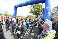 Startschuss von Rüsselsheims Oberbürgermeister Patrick Burghardt für die Nordic Walker am Start an den Opelvillen, HR4-Moderator Tobias Hagen guckt zu