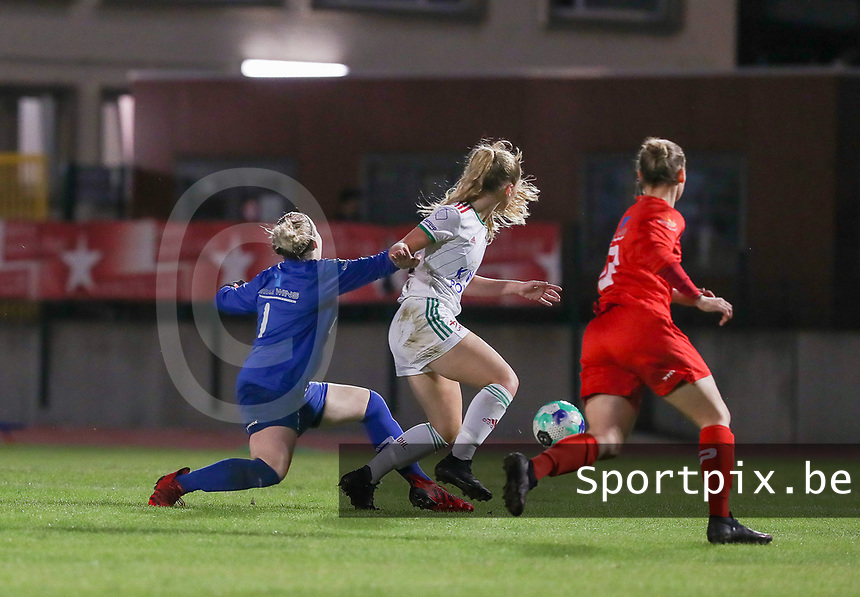 goalkeeper Zelie Lambert (1) of Woluwe, Tess Lameir (14) of OHL in action during a female soccer game between FC Femina White Star Woluwe and Oud Heverlee Leuven on the fourth matchday in the 2021 - 2022 season of Belgian Scooore Womens Super League , Friday 10 th of September 2021  in Woluwe , Belgium . PHOTO SPORTPIX   SEVIL OKTEM