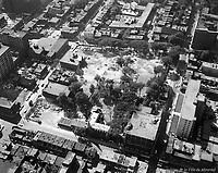 Vue aérienne oblique, vers le nord, du site de la future Place des Arts. / Florent Charbonneau. - 4 août 1960.
