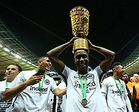 19.05.2018, Football DFB-Pokal Finale 2018, FC Bayern Muenchen - Eintracht Frankfurt, Olympiastadium in Berlin. Eintracht Frankfurt gewinnt den DFB Pokal , Taleb Tawatha (Frankfurt) and dem Pokal *** Local Caption *** © pixathlon<br /> <br /> Contact: +49-40-22 63 02 60 , info@pixathlon.de