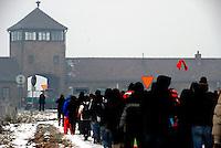 AUSCHWITZ BIRKENAU / POLONIA - 27 GEN.2011.UN GRUPPO DI STUDENTI PARTITI DAL BINARIO 21 DELLA STAZIONE CENTRALE DI MILANO SI AVVIA VERSO L'ENTRATA DEL CAMPO DI STERMINIO DI BIRKENAU..FOTO LIVIO SENIGALLIESI
