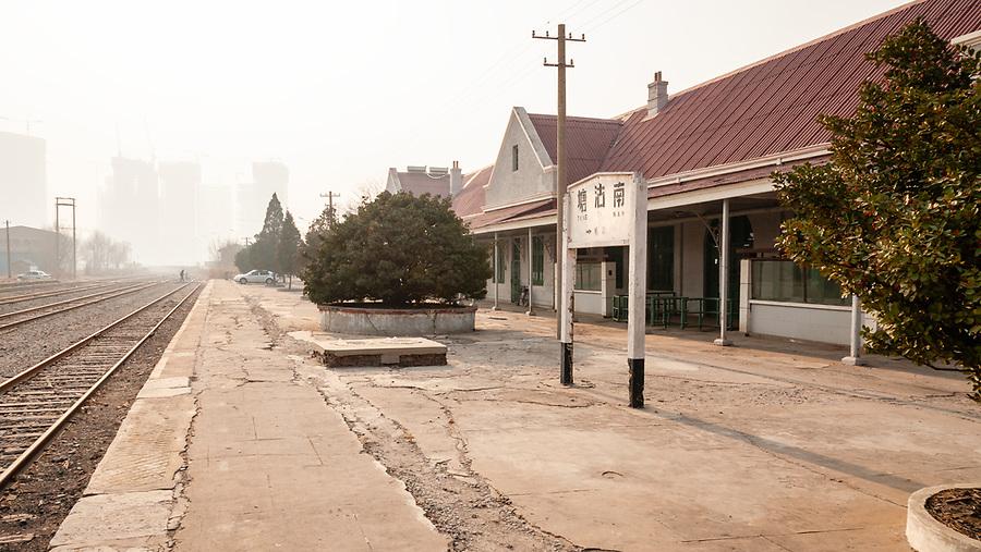 Tanggu Railway Station.  Platform.