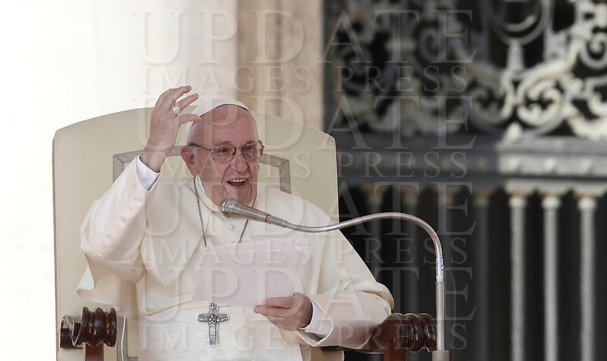 Papa Francesco tiene l'udienza generale del mercoledi' in Piazza San Pietro, Citta' del Vaticano, 4 ottobre, 2017.<br /> Pope Francis leads his weekly general audience in St. Peter's Square at the Vatican, on October 4, 2017.<br /> UPDATE IMAGES PRESS/Isabella Bonotto<br /> <br /> STRICTLY ONLY FOR EDITORIAL USE
