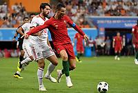 SARANSK - RUSIA, 25-06-2018: Karim ANSARIFARD (Izq) jugador de RI de Irán disputa el balón con Cristiano RONALDO (C)(Der) jugador de Portugal durante partido de la primera fase, Grupo B, por la Copa Mundial de la FIFA Rusia 2018 jugado en el estadio Mordovia Arena en Saransk, Rusia. / Cristiano RONALDO (C) (L) player of IR Iran fights the ball with Cristiano RONALDO (C) (R) player of Portugal during match of the first phase, Group B, for the FIFA World Cup Russia 2018 played at Mordovia Arena stadium in Saransk, Russia. Photo: VizzorImage / Julian Medina / Cont