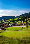 Oesterreich, Triol, Tannheimer Tal, Jungholz: im Winter beliebtes Skigebiet, im Sommer ein Paradies fuer Wanderer. Jungholz ist verkehrstechnisch nur vom Allgaeu aus zu erreichen - Funktionale Exklave - mit Pfarrkirche | Austria, Tyrol, Tannheim Valley, Jungholz: a popular ski area in winter and a hiking region in summer - accessible only via Bavaria (Germany) - a functional exclave -  with parish church Jungholz