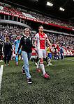 Nederland, Amsterdam, 10 mei 2015<br /> Eredivisie<br /> Seizoen 2014-2015<br /> Ajax-SC Cambuur<br /> Niklas Moisander, aanvoerder van Ajax komt, samen met zijn moeder, het veld op.