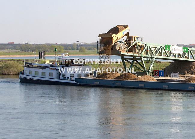 06-05-2015 - Deventer - Foto Ruben Meijerink<br /> Boskalis voert zand af naar een boot. Het project aan de overkant van de stad Deventer wordt verzorgt door Boskalis en van Hattum&Blankenvoort. Waterschap Salland heeft dit aannemers duo de opracht gegeven om de IJssel te voorzien van watergeulen en verbreeding van de IJssel.