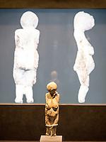Frauenstatuettte aus Kostenki 25.000 Jahre alt, Elfenbein, Leihgabe Kunstkammer St. Petersburg im Helms-Museum = Archäologisches Museum Hamburg, Deutschland, Europa<br /> Female figurine from Kostenki, 25.000 b.C, ivory, loan of St. Petersburg, Helms-Museum = Archaeological  Museum Hamburg, Germany Europe